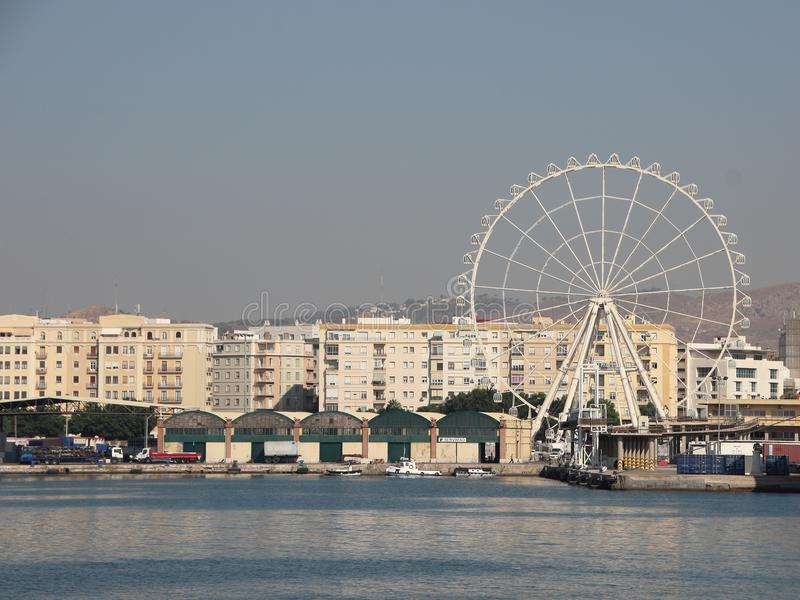 Ferris Wheel bij Haven met Stadsachtergrond royalty-vrije stock fotografie