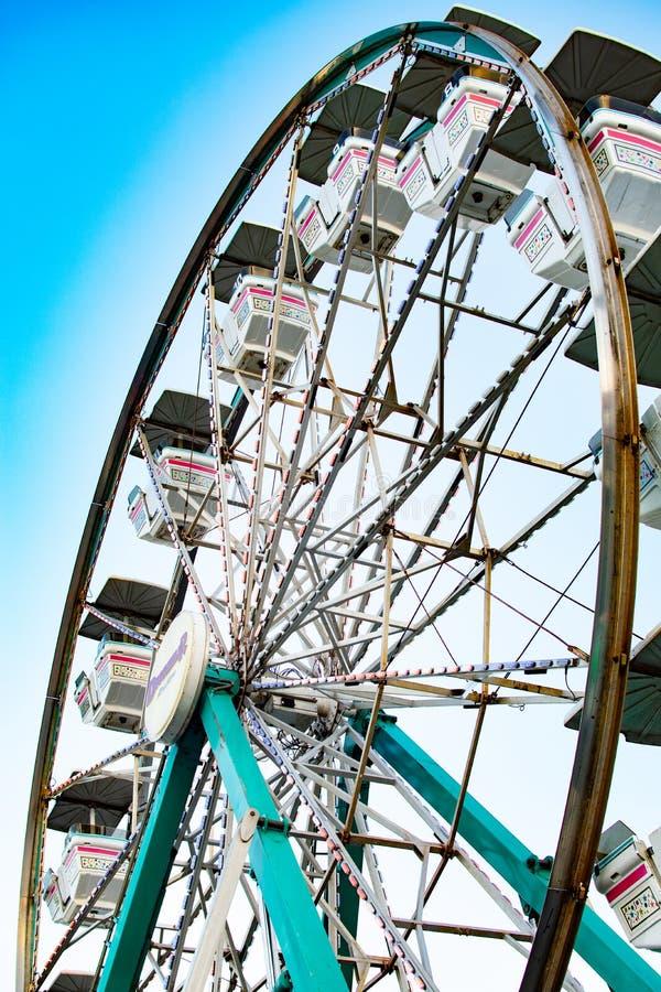 Ferris Wheel de debajo en el carnaval imagenes de archivo