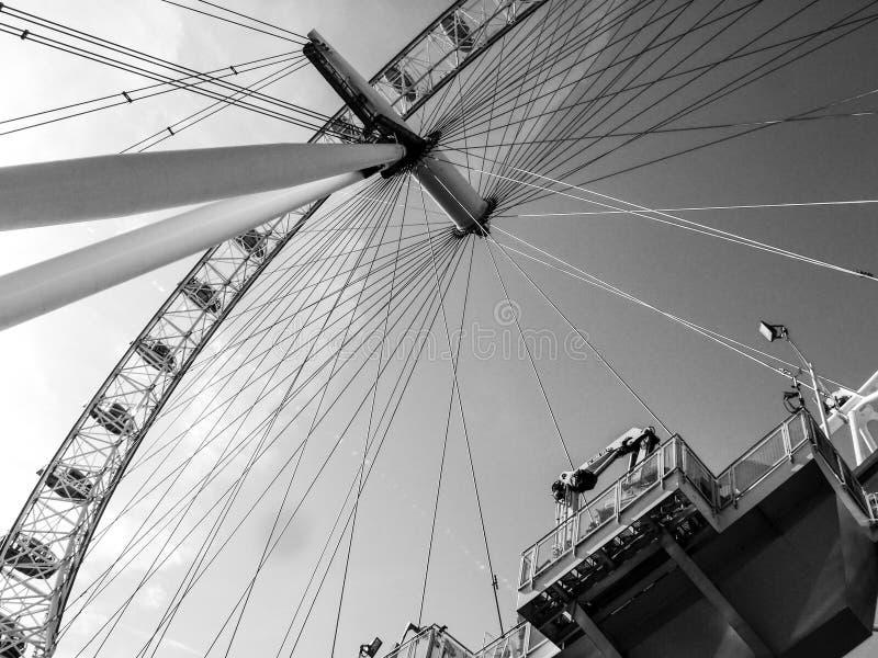 Ferris Wheel de debajo en Londres fotos de archivo