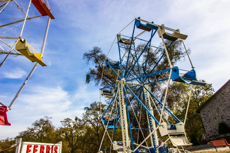 Ferris Wheel In Disrepair & i lagring arkivfoto