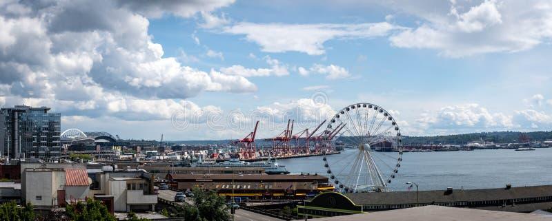 Ferris Wheel en la bahía de Elliott en Seattle céntrica Washington fotografía de archivo libre de regalías