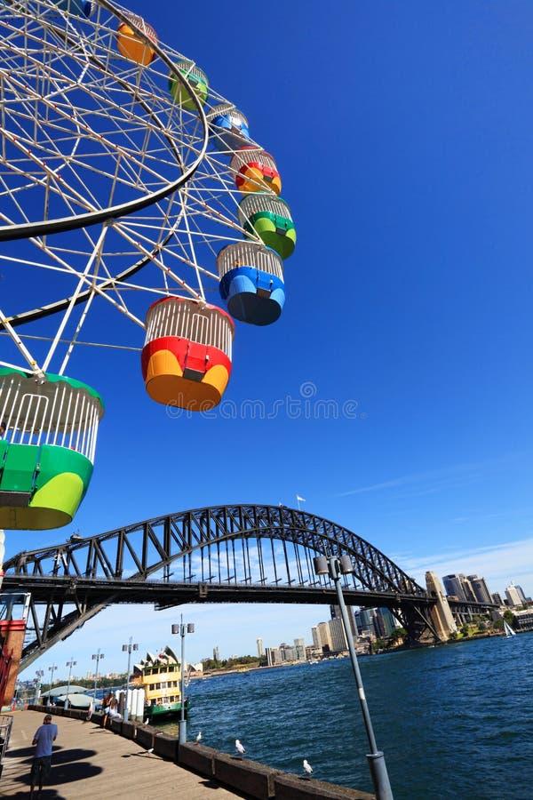 Ferris Wheel en Sydney Harbour Bridge, Australië stock foto's