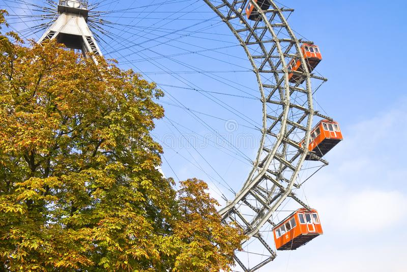 Ferris Wheel en Wien contra un cielo azul imagen de archivo