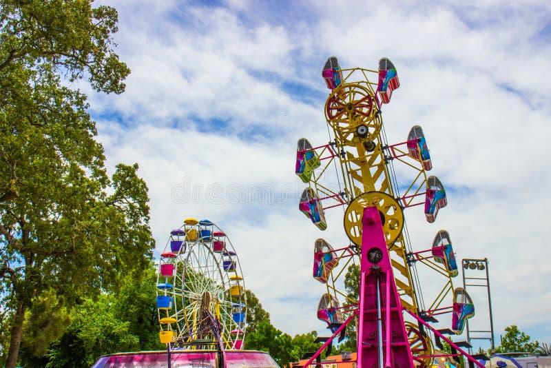 Ferris Wheel et autre tour à la petite foire régionale photos libres de droits