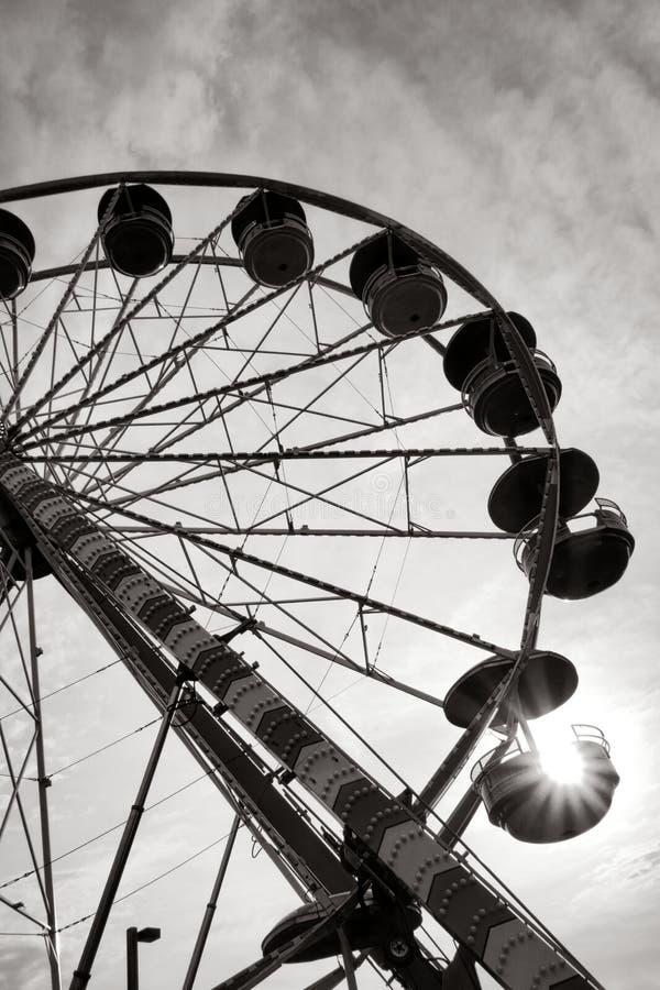 Ferris Wheel Fairground Amusement Ride en la puesta del sol fotografía de archivo