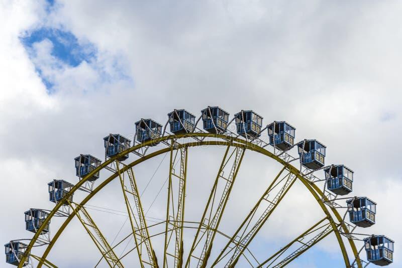 Ferris Wheel At The Fairground sobre el cielo nublado azul fotos de archivo
