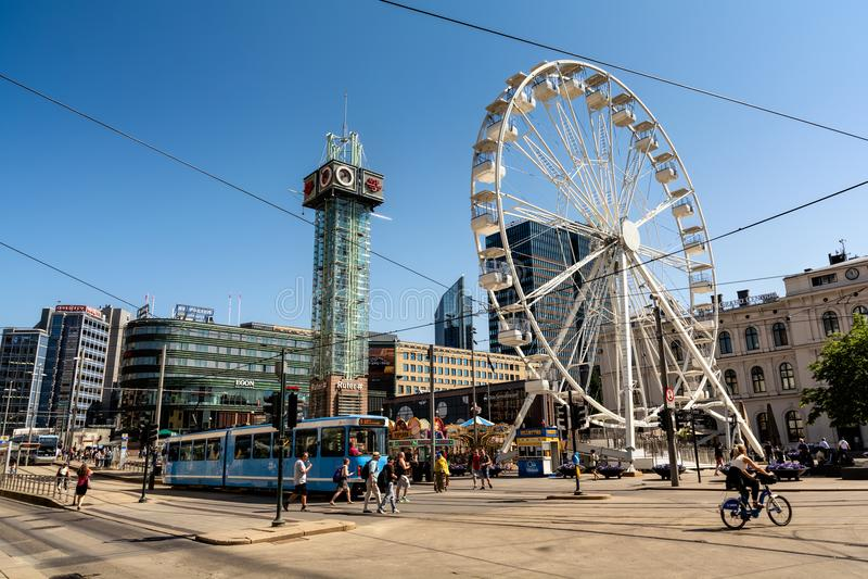 Ferris Wheel grande en el cuadrado delante de la estación central fotos de archivo