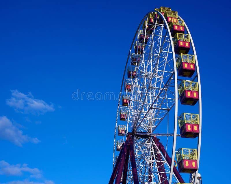 Ferris Wheel i ljuset för inställningssol arkivfoton