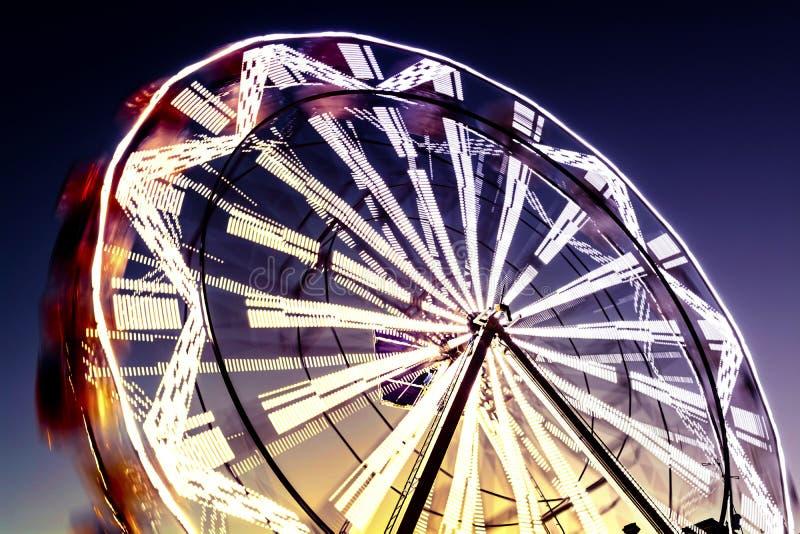 Ferris Wheel i suddig rörelse arkivfoto