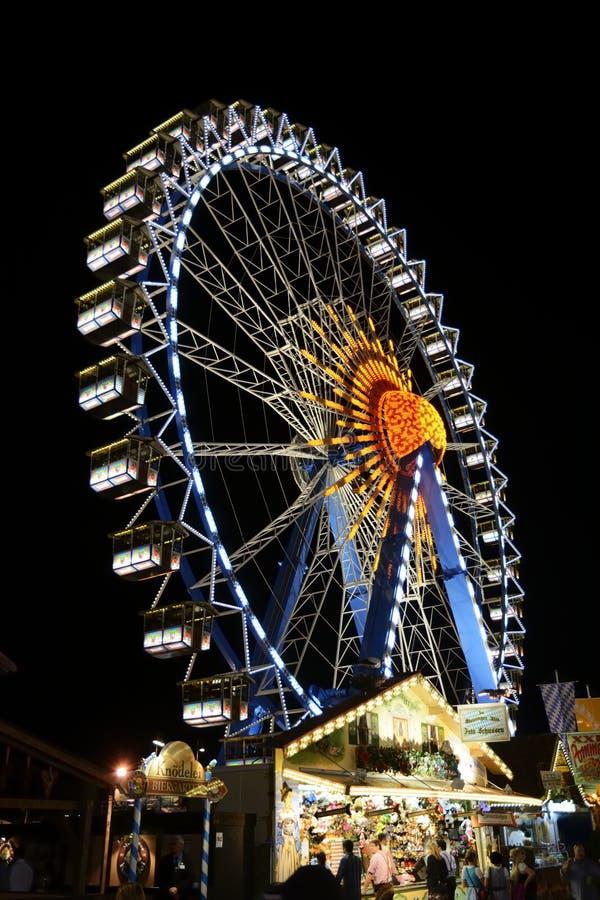Ferris Wheel iluminado em Oktoberfest imagem de stock royalty free