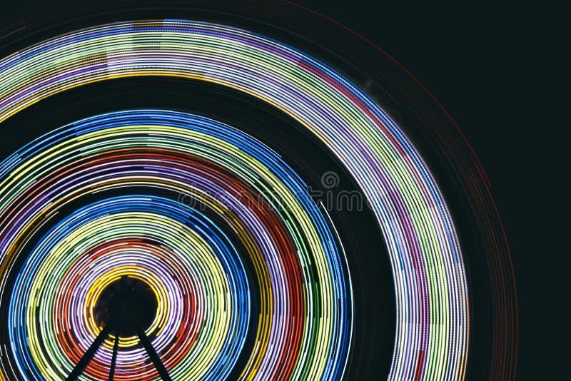 Ferris Wheel Light Streaks en la noche imagen de archivo libre de regalías