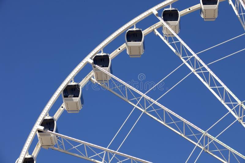 Ferris Wheel mit beiliegenden Gondeln stockfotografie
