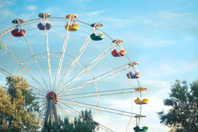 Ferris Wheel mot bakgrund för blå himmel arkivfoton