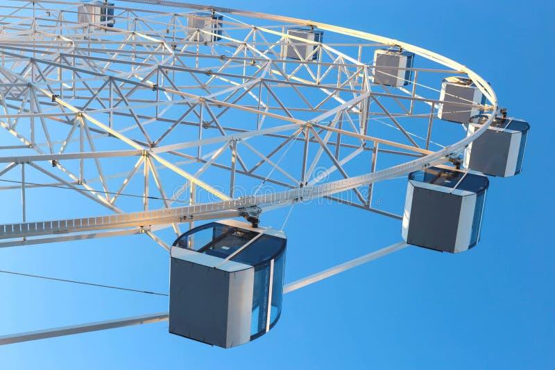 Ferris Wheel mot bakgrund för blå himmel royaltyfri foto