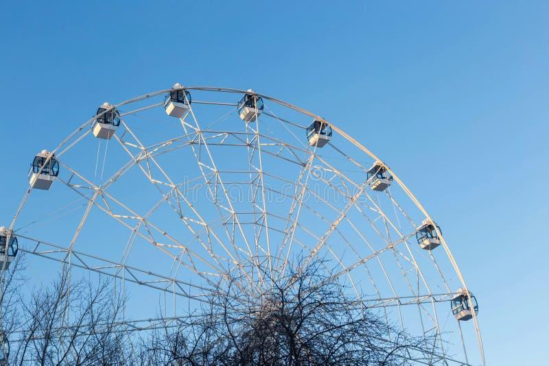 Ferris Wheel mot bakgrund för blå himmel royaltyfria bilder
