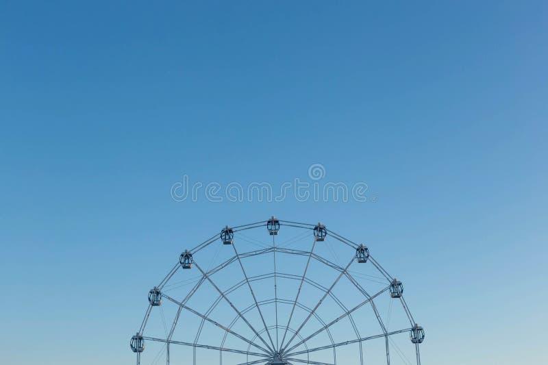 Ferris Wheel mot bakgrund för blå himmel royaltyfria foton