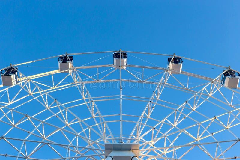 Ferris Wheel mot bakgrund för blå himmel royaltyfri bild