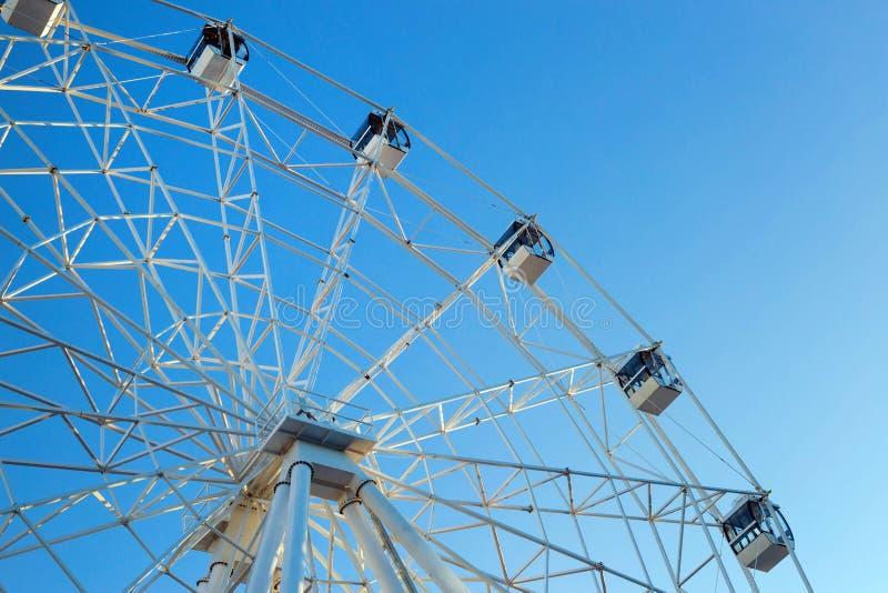 Ferris Wheel mot bakgrund för blå himmel arkivfoto