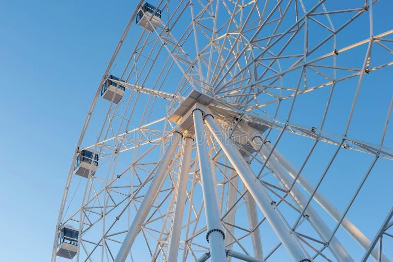 Ferris Wheel mot bakgrund för blå himmel arkivbild