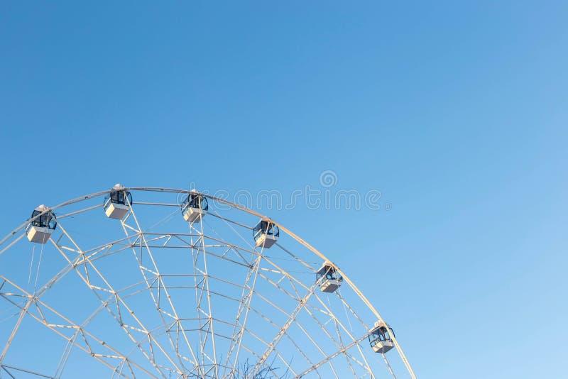 Ferris Wheel mot bakgrund för blå himmel royaltyfri fotografi