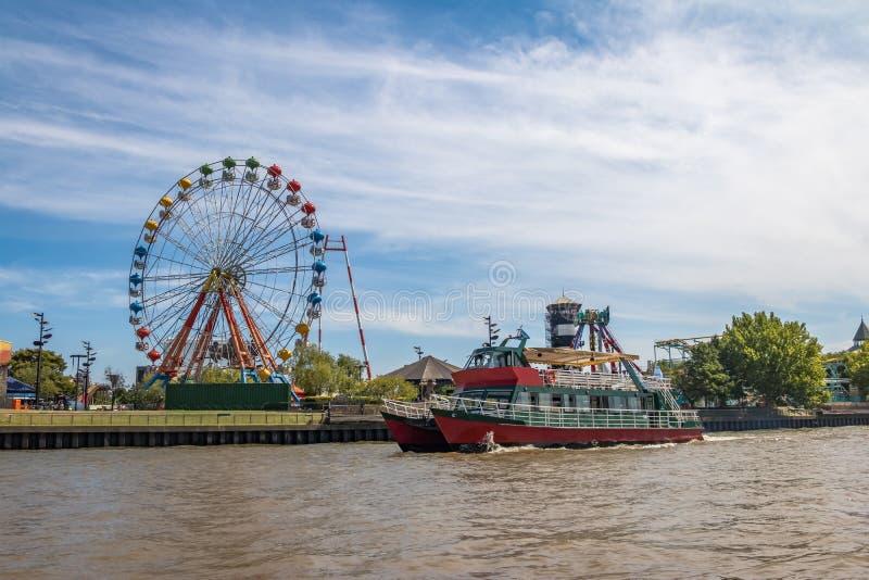 Ferris Wheel, nöjesfält och färja i den Lujan floden - Tigre, Buenos Aires, Argentina royaltyfria foton