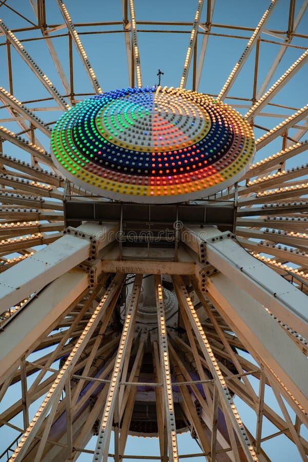 Ferris Wheel no cais do país das maravilhas do ` s de Gillian na cidade do oceano, NJ no tempo da noite foto de stock