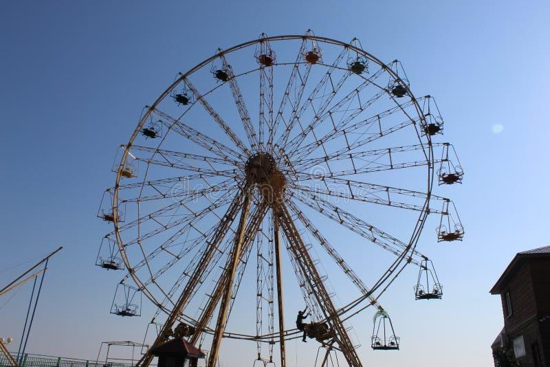 Ferris Wheel O homem pode tudo por exemplo - para girar a roda fotos de stock royalty free