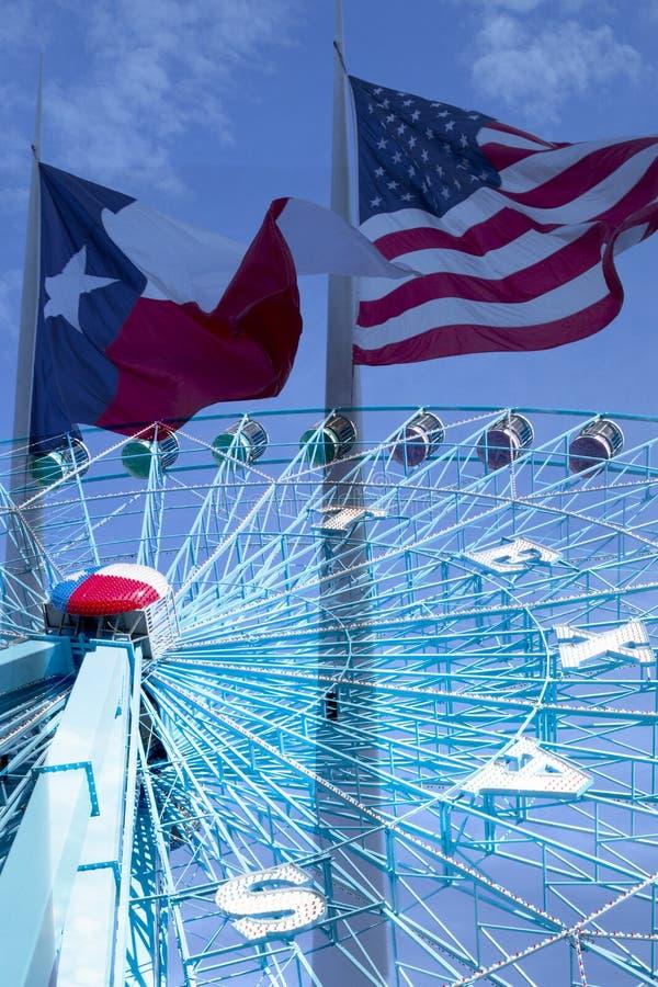 Ferris Wheel och flaggor på staden Dallas TX arkivfoto