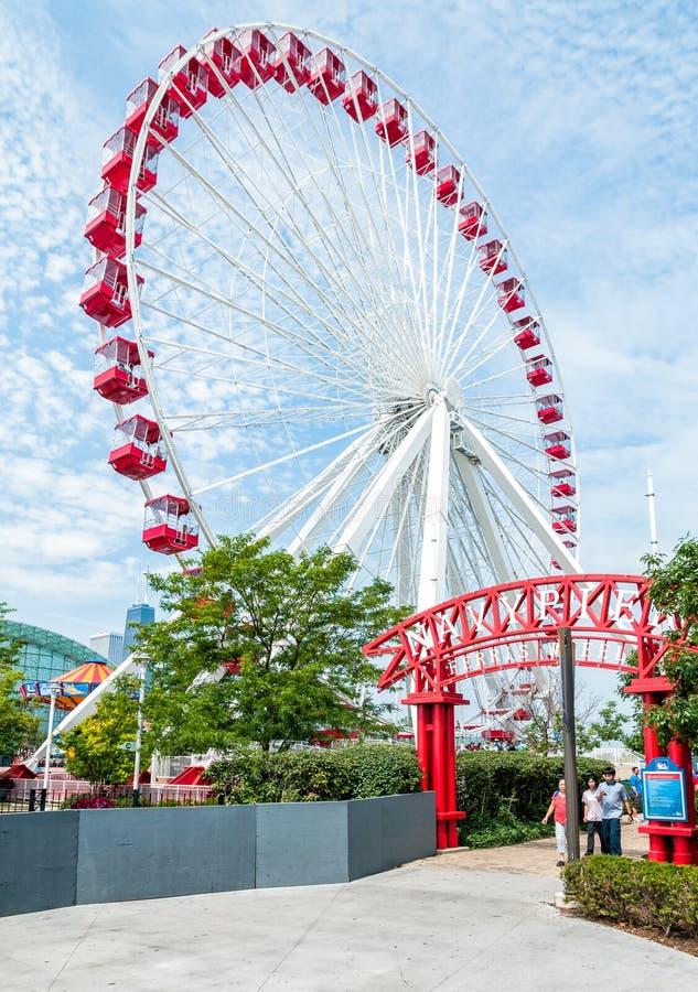 Ferris Wheel och karusellen är populära dragningar på Chicago marinpir på Lake Michigan fotografering för bildbyråer