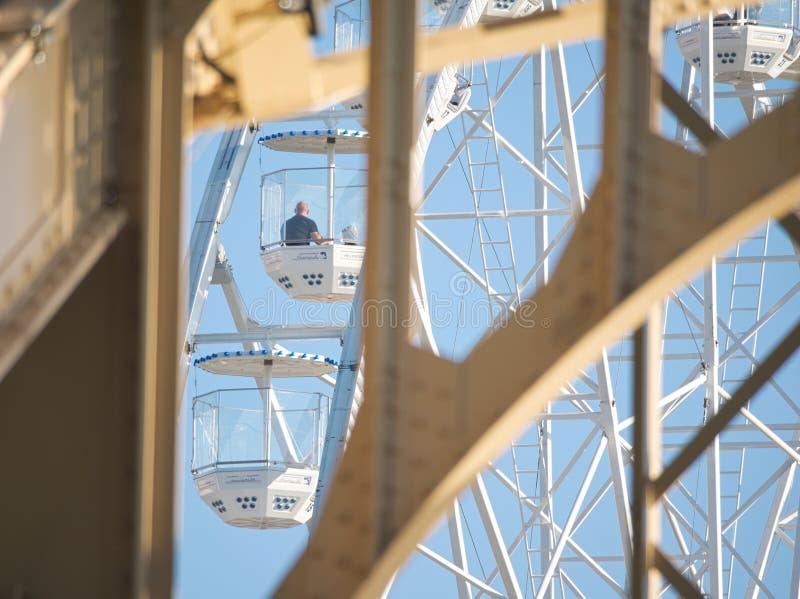 Ferris Wheel och Kossuth Bridge i Győr, Ungern arkivfoto