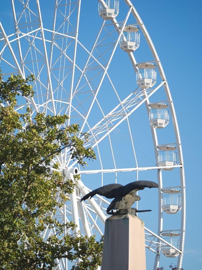 Ferris Wheel och Turul Statue i Győr, Ungern arkivfoto