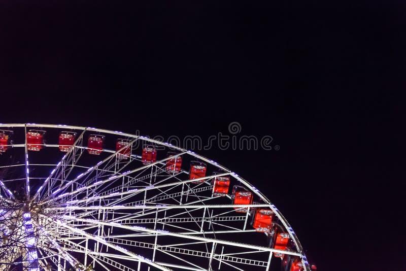 Ferris Wheel op Zwarte Nacht Kerstmis van Edinburgh ` s, Prinsen Stre royalty-vrije stock foto