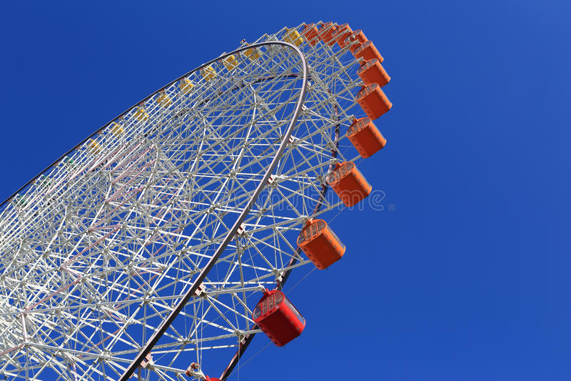 Ferris Wheel - Osaka City in Japan met blauwe hemel royalty-vrije stock foto