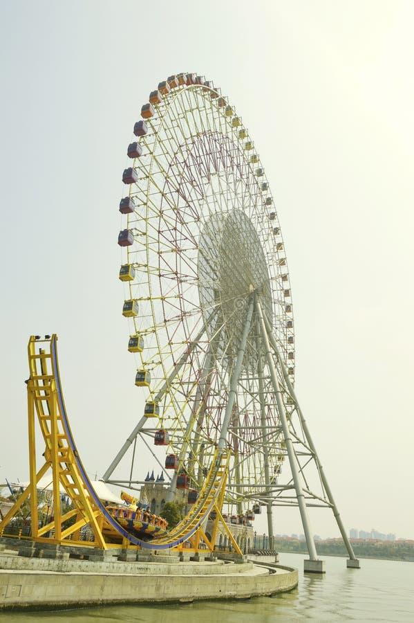 Ferris Wheel på vattnet royaltyfri bild