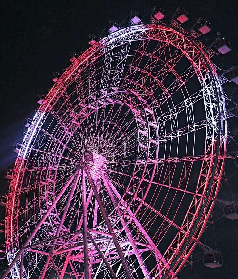 Ferris Wheel rosso e bianco alla notte fotografie stock libere da diritti