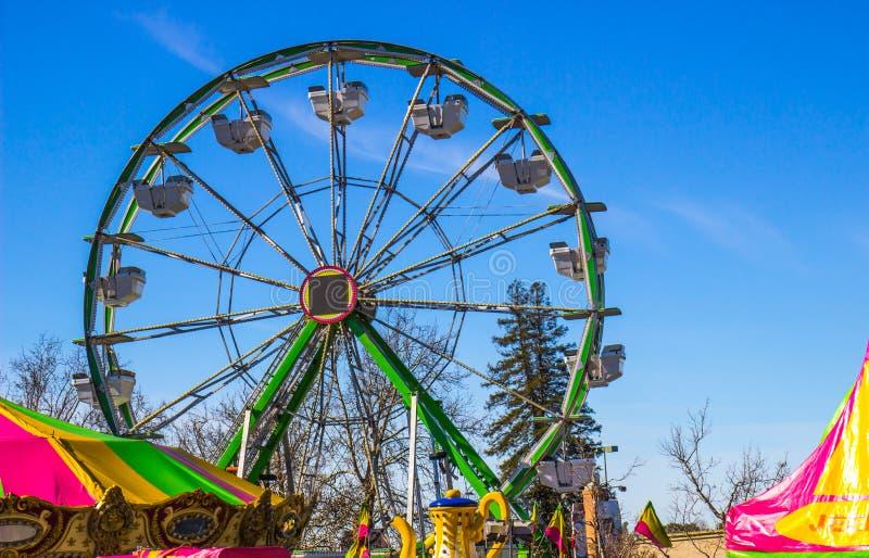 Ferris Wheel At Small County-Markt stock foto