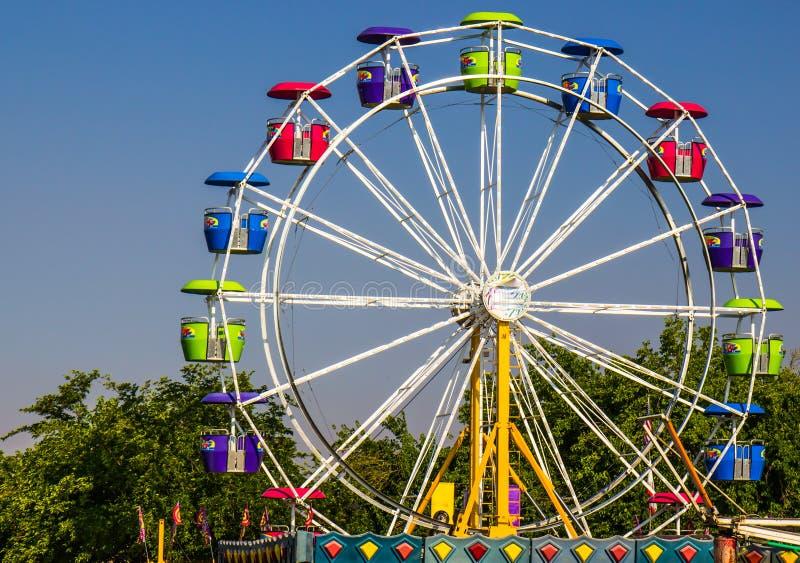 Ferris Wheel At Small County-Markt royalty-vrije stock fotografie