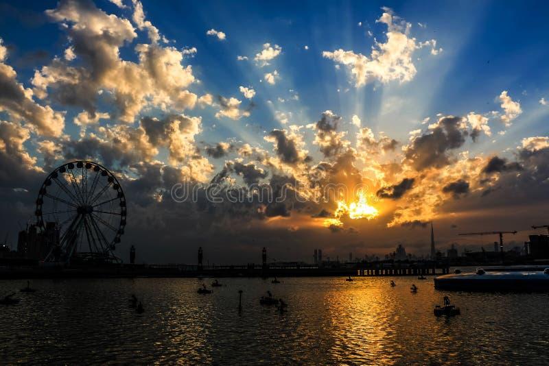 Ferris Wheel sob o nascer do sol e por do sol dram?tico e c?u nebuloso, fundo da natureza com raio de sol forte, conceito da espe foto de stock royalty free