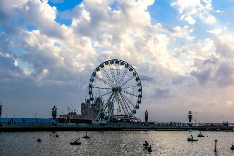 Ferris Wheel sob o nascer do sol e por do sol dram?tico e c?u nebuloso, fundo da natureza com raio de sol forte, conceito da espe imagem de stock royalty free