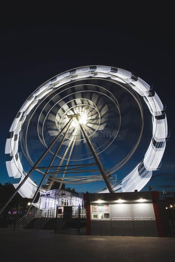 Ferris Wheel Spinning Long Exposure Neons Structure Black Night Rollerachtbaan royalty-vrije stock fotografie