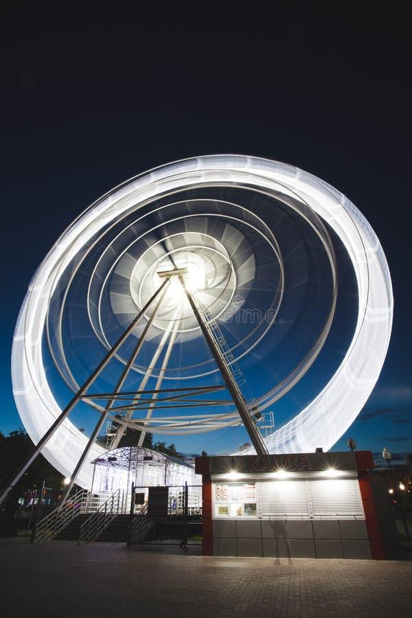 Ferris Wheel Spinning Long Exposure Neons Structure Black Night Rollerachtbaan stock foto's