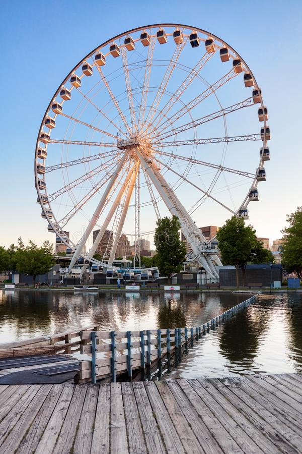 Ferris Wheel van La Grande Roue DE Montreal van Montreal en het meer bij zonsondergang royalty-vrije stock foto's