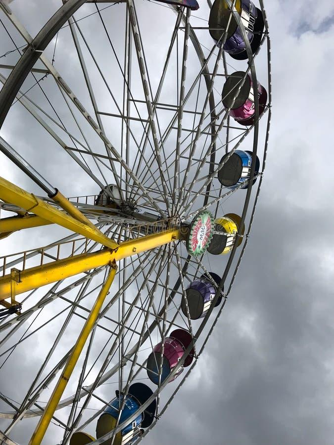 Ferris Wheel verticale contro il cielo scuro fotografie stock