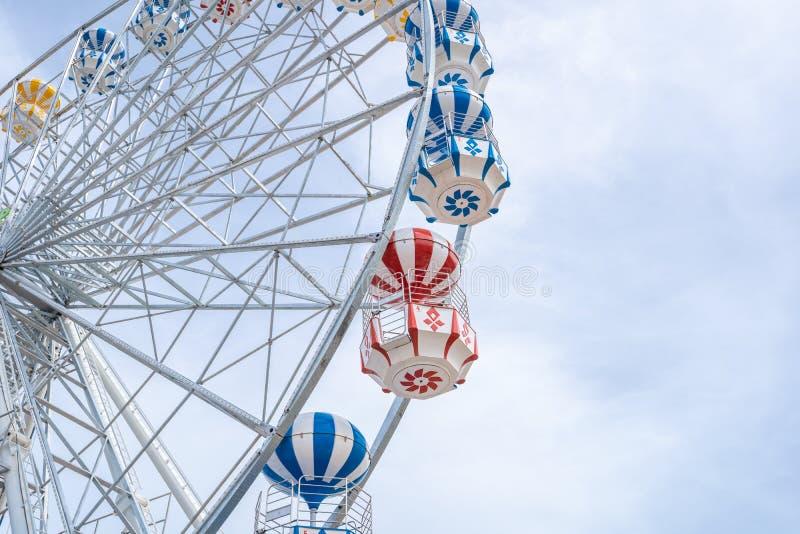 Ferris Wheel, vue d'angle faible de grand Ferris Wheel - image photographie stock