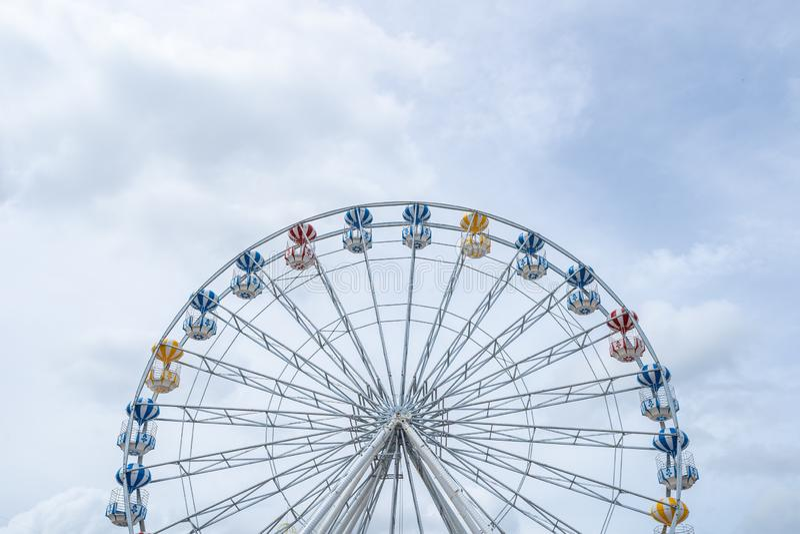 Ferris Wheel, vue d'angle faible de grand Ferris Wheel - image photo libre de droits