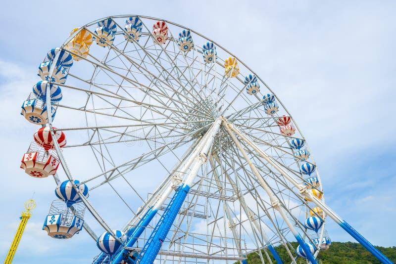 Ferris Wheel, vue d'angle faible de grand Ferris Wheel - image image stock
