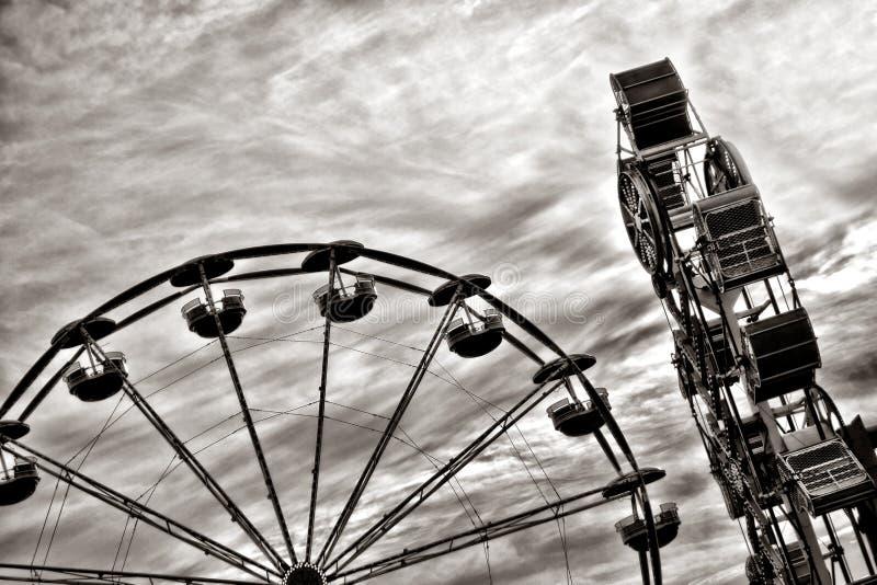 Ferris Wheel y paseo de la diversión en el parque de atracciones justo imagen de archivo libre de regalías