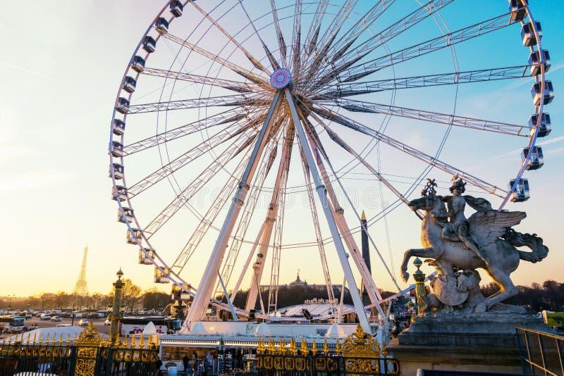 Ferrishjulet och Eiffeltorn i Paris, Frankrike arkivbilder