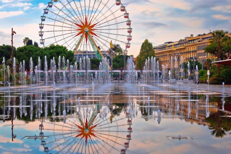 Ferriswiel en cityscape van Nice de mening van de fonteinspiegel stock fotografie