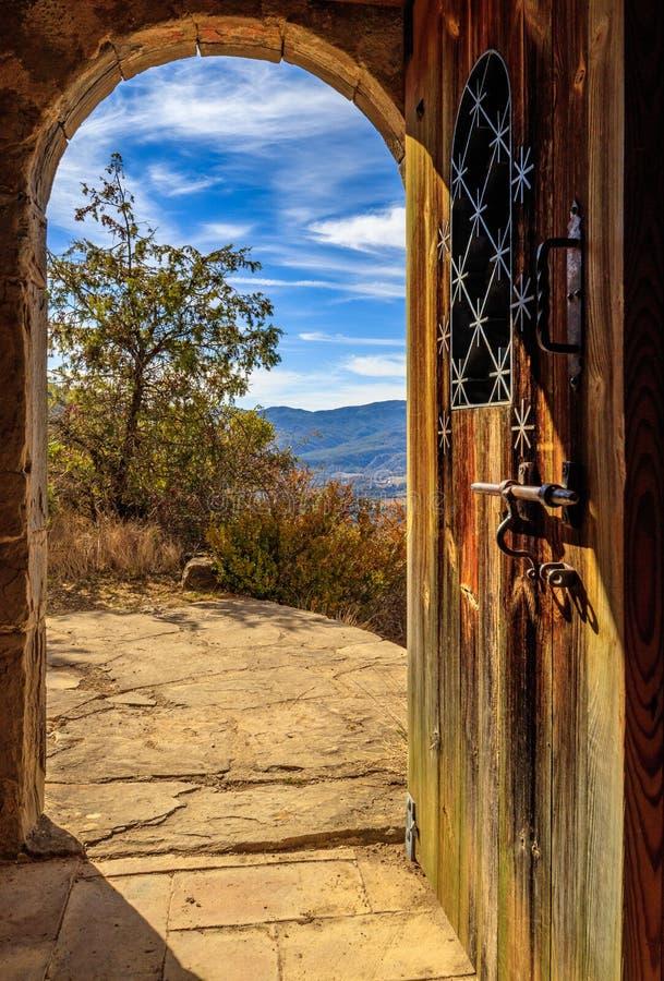 Ferro bonito da madeira da ?rvore da paisagem da porta fotografia de stock royalty free